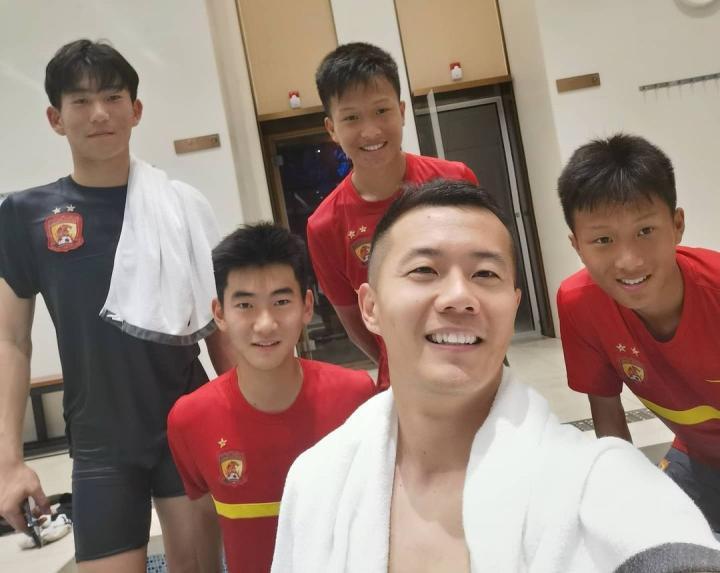 黄博文晒与梯队小球员合影感慨时光飞逝,卡帅调侃:你老了